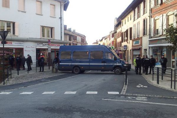 Les gendarmes mobiles bloquent la place