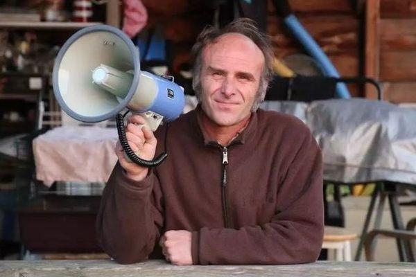 Stéphane a ressorti le Mégaphone de la fanfare de sa femme, pour porter de la voix chaque soir à 20 h
