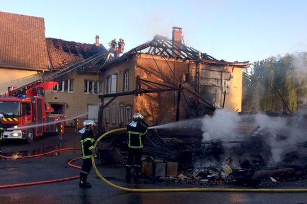 Le feu s'est déclaré dans un atelier et s'est propagé à la toiture de l'habitation attenante
