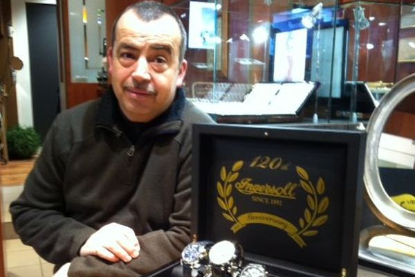 Laurent Lambert devant sa boîte de montres