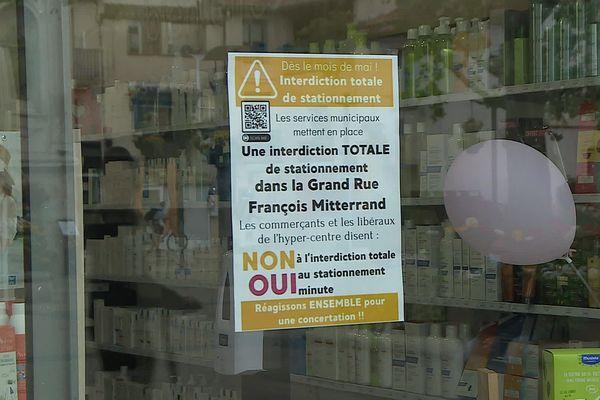 L'opposition des commerçants de Maugio s'affiche sur les vitrines de la Grand Rue Frédéric Mitterrand.