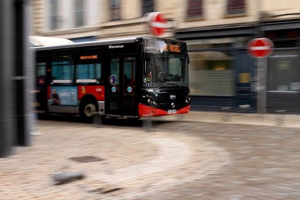 Un bus Ilévia circulant dans les rues du Vieux Lille