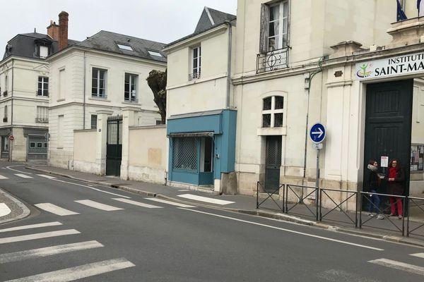 Quelques dizaines de mètres séparent l'atelier d'Adam (devanture grise à gauche) de l'institution Saint-Martin (à droite).