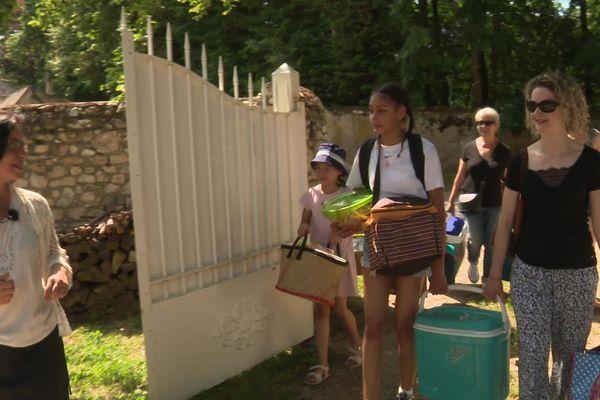 Véronique Latreuille accueille des soignants de l'hôpital de Vierzon et leur famille pour la journée dans son gîte.