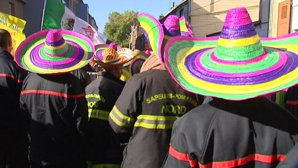 900 pompiers du Nord manifestaient à Lille en septembre 2015 avec un chapeau mexicain sur la tête pour dénoncer les propos du président du département Jean-René Lecerf.