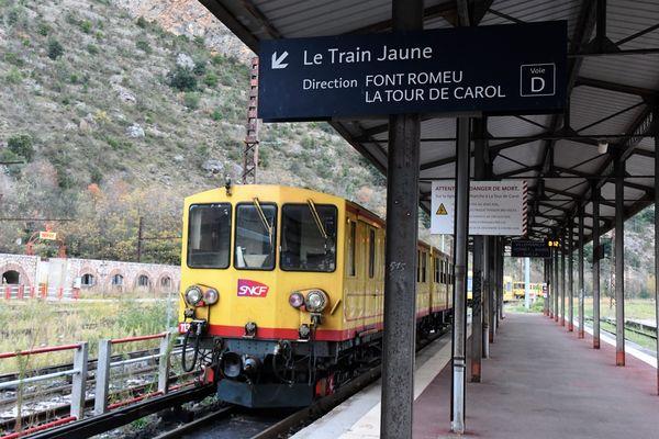 Le train jaune des Pyrénées parcourt 62 kilomètres entre Villefranche-de-Conflent et Latour-de-Carol.