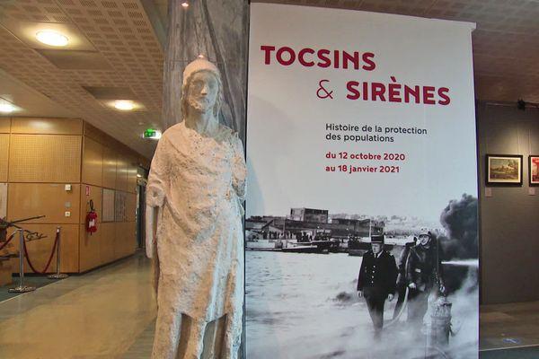 """L'affiche de l'exposition """"Tocsins & sirènes"""" aux archives départementales de Seine-Maritime"""
