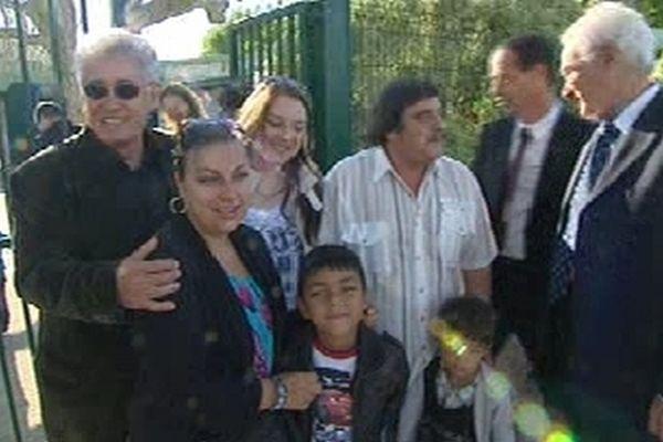 Virginie et ses enfants devant l'école du quartier Ferrières à Martigues