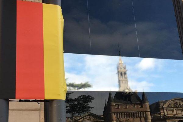 Un drapeau allemand placé dans le mauvais sens dans une rue de Toulouse à la veille du sommet franco allemand