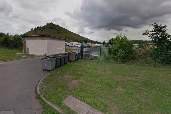 Les pompiers puis les policiers ont été pris à partie devant cette aire d'accueil des gens du voyage à Divion (Pas-de-Calais).
