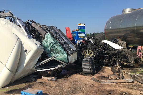 La cabine de l'un des véhicules totalement détruite suite à l'accident.