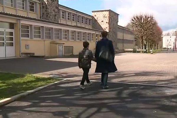 Marjana et son fils de 8 ans devant l'école où Bilbil s'est fait arrêter / Charleville-Mézière, le 29 mars