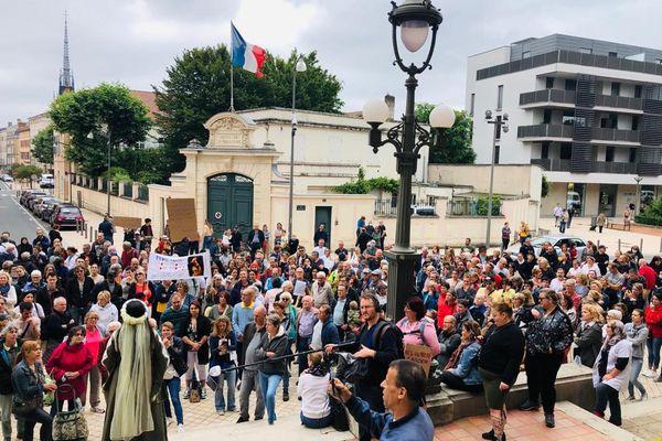 300 personnes se sont réunies devant l'hôtel de ville de Villefranche-sur-Saône dans le Rhône.