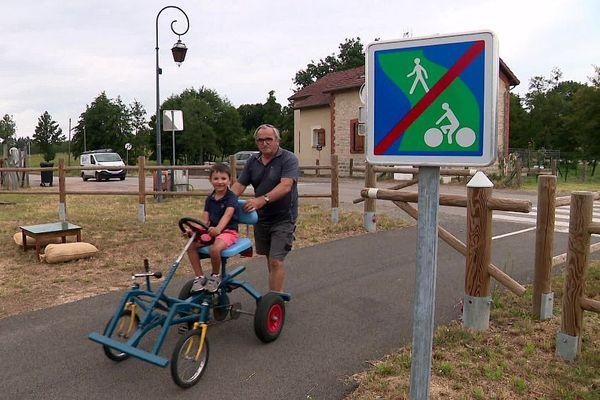 L'aire de service La Charoulaise, située sur la voie verte à Saint-Yan en Saône-et-Loire, est très appréciée des familles.