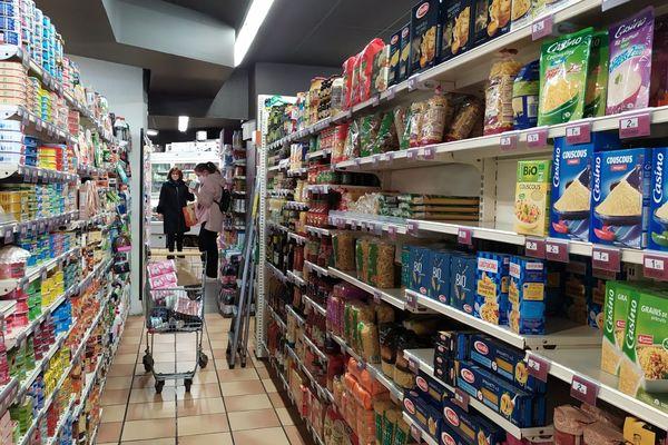 Vidé dans certains supermarchés, le rayon pâtes et conserves de ce Casino Shop est presque plein