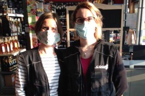 Des masques en tissus pour les salariées de la supérette de Brizambourg (Charente-Maritime).