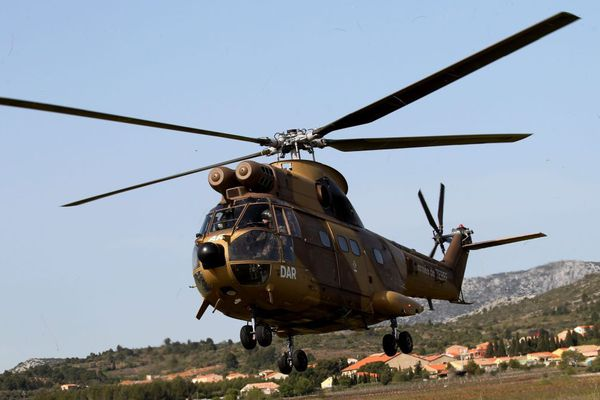 Manœuvre militaire, en 2015, près de Perpignan d'un hélicoptère du 5e régiment de combat de l'armée de terre basée à Pau.