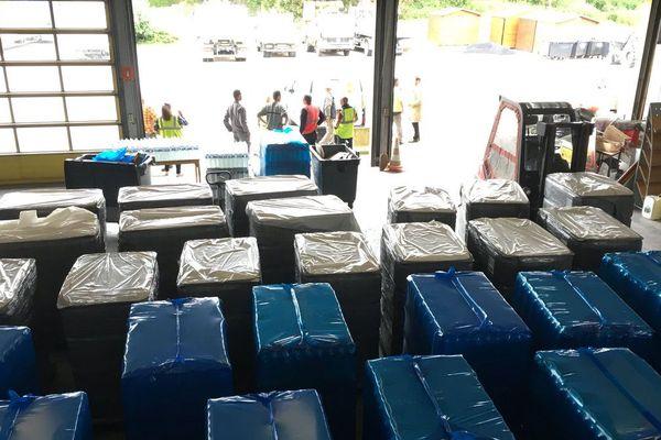 Le centre technique de la commune de Romilly a distribué 20 000 bouteilles d'eau pour subvenir aux besoins de ses habitants, mardi 12 juin.