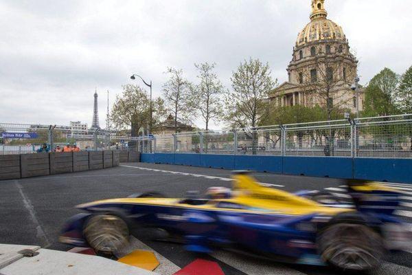 La voiture de Nicolas Prost, lors des essais qualificatifs, au ePrix de Paris, le 23 avril 2016.