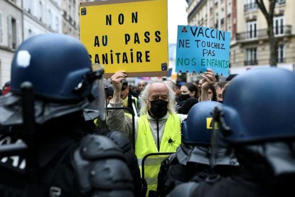 Début d'une manifestation contre le pass sanitaire et la vaccination obligatoire des soignants le 7 août 2021 près du Pont de Neuilly, à Neuilly-sur-Seine, près de Paris.