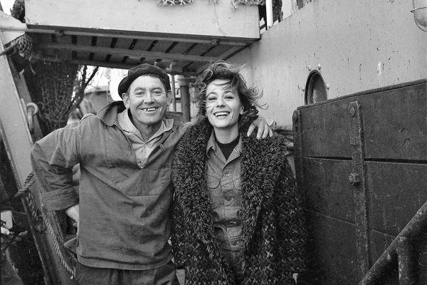 """Entre deux scènes du """"Bateau d'Emile"""", Annie Girardot s'offre une ballade en mer sur un chalutier en 1961."""