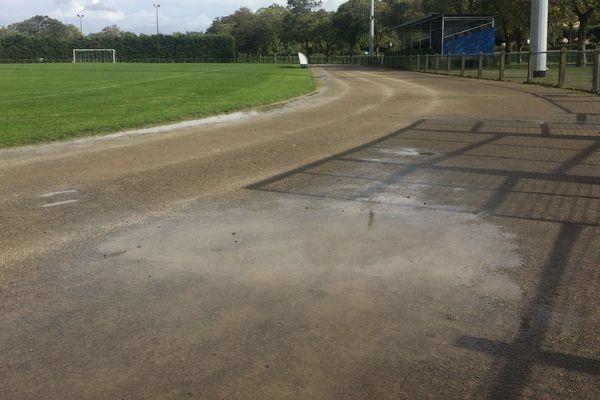 La piste d'athllétisme du stade René Massé à St Sébastien-sur-Loire est en piteux état