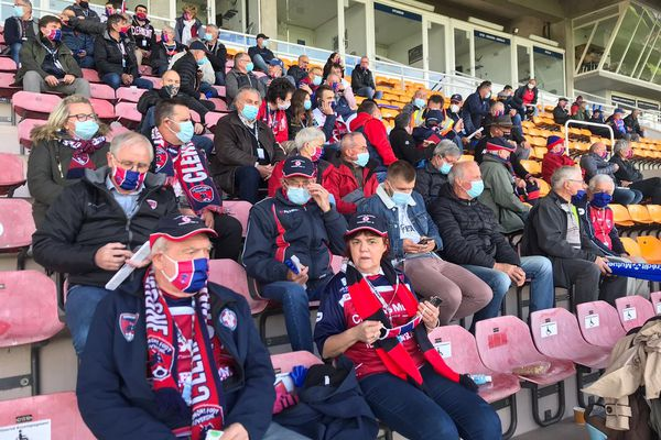 En rouge et bleu, les supporters du Clermont Foot affluent dans les tribunes pour fêter la montée en Ligue 1 ce mercredi 19 mai.