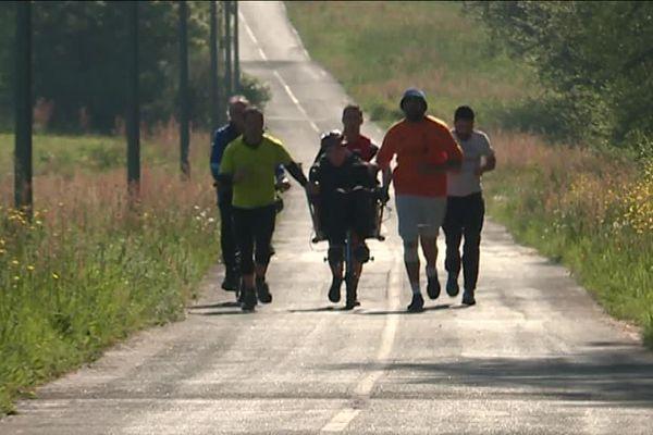 Trois détenus courent et entraînent la joelette de Melvin. Le centre de détention de Nantes propose ce dispositif depuis 3 ans.