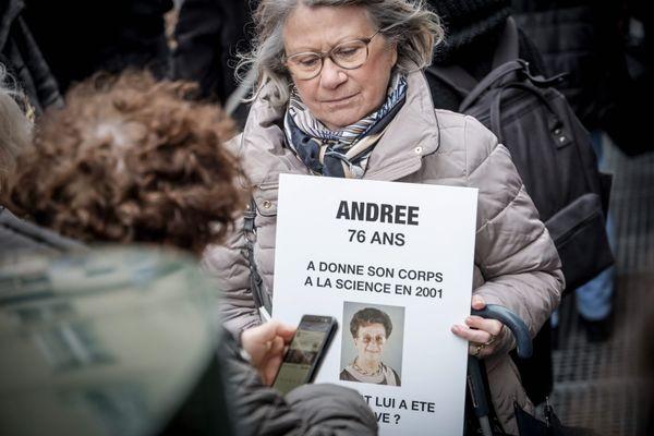 Manifestation des proches des victimes du charnier de la Faculté de médecine Paris Descartes, en février 2020.