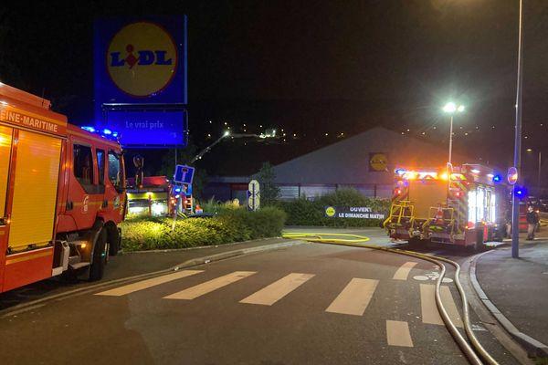 Un important incendie a eu lieu dans ce magasin Lidl de Rouen dimanche 1er août 2021.