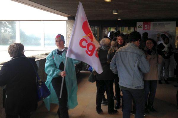 Les personnels de l'hôpital et des étudiants infirmiers à Sens, devant l'hôpital Gaston Ramon, ce mardi 8 novembre