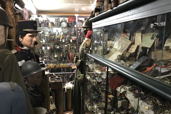Une collection d'armes de la première et seconde guerres mondiales chez Francis Guénon à Ligny-en-Barrois.