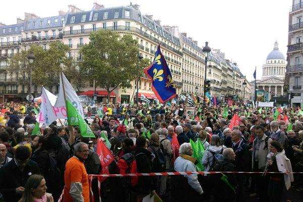 Des milliers de manifestants anti-PMA pour toutes sont rassemblées dans les rues de Paris, à côté du jardin du Luxembourg.