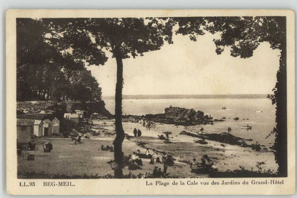 Une carte postale de la plage de la cale à Beg-Meil. L'écrivain Marcel Proust y accosta le 8 septembre 1895. Il y restera jusqu'au 27 octobre 1895.