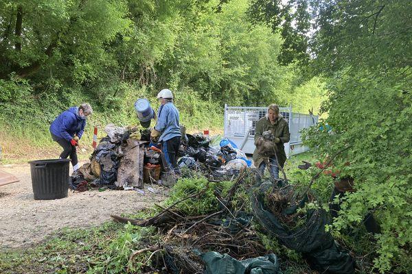 Des bénévole s'activent jeudi pour nettoyer la décharge sauvage à Ruelle-sur-Touvre (16).