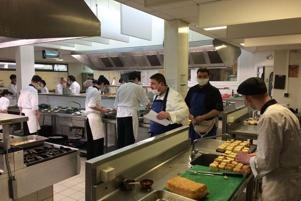 Les élèves en bac pro restauration du lycée Fénélon s'activent en cuisine pour un déjeuner exceptionnel