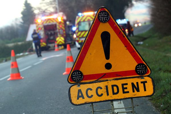 Un jeune conducteur a mortellement percuté deux cyclistes qui évoluaient sur la D943. (photo d'illustration)