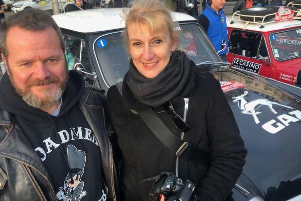 """L'histoire d'amour entre Hervé Raymond et Marie Leguebe est née il y a un an, ici à Reims, lors du rallye Monte-Carlo historique. Ils sont venus assister au départ de cette 23ème édition ce vendredi 31 janvier pour immortaliser le moment et fêter """"leurs noces de coton""""."""