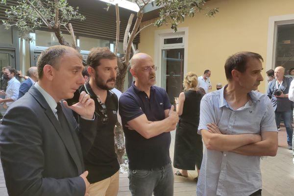 Les élus et militants des différents groupes durant la suspension.