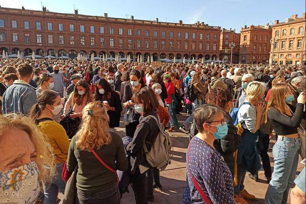 Une foule immense s'est rassemblée ce dimanche après-midi place du Capitole à Toulouse, en hommage à l'enseignant décapité pour avoir fait un cours sur la liberté d'expression.