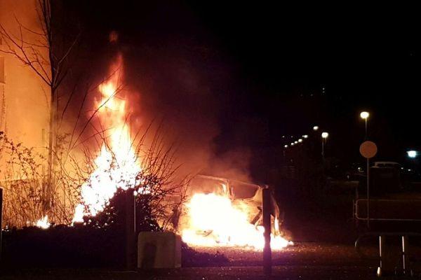Des véhicules ont aussi été incendiés à Echirolles.