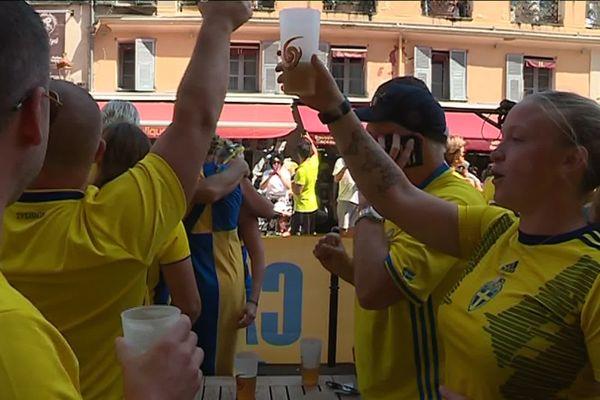 Les supportrices ont commencé à encourager très tôt leur équipe dans les bars de Nice.