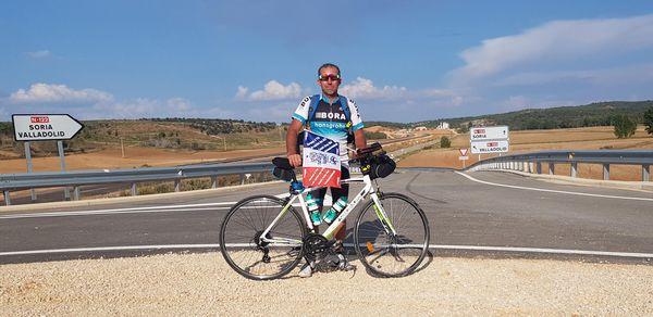 Bruno Boulard effectue 5000 km de vélo en 30 jours pour rencontrer de jeunes victimes d'AVC et récolter des dons pour soutenir les parents;