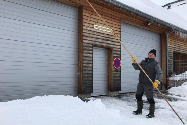 Quand Jean-François Parmentier a fini de déblayer la neige, il n'oublie de faire tomber les stalactites des toits, pour qu'ils ne blessent personne.