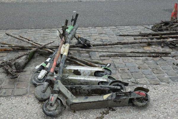 A Lyon, une montagne de déchets récupérés dans le Rhône.