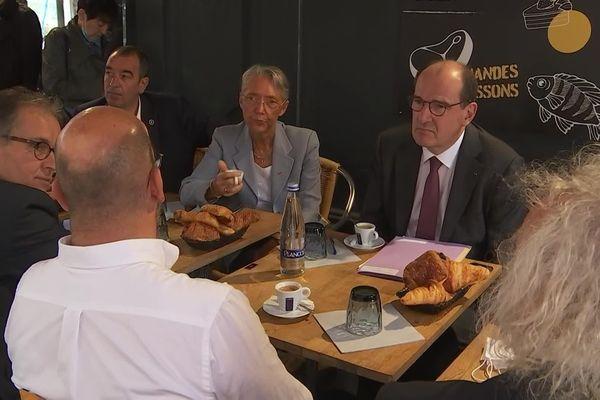 Jean Castex, le chef du gouvernement, accompagné par la ministre du Travail Elisabeth Borne dans les Côtes d'Armor à la rencontre des professionnels en difficulté pour recruter