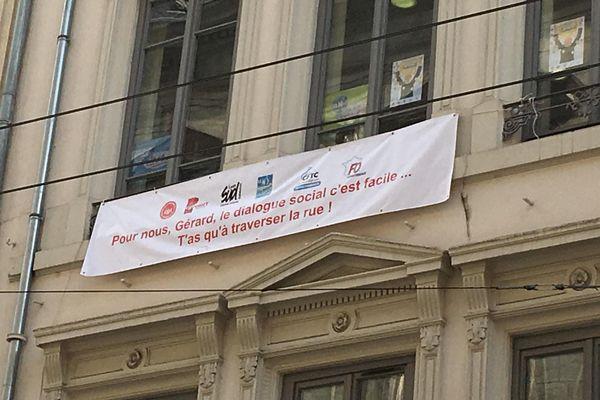 La banderole est visible à deux pas de la mairie de Lyon.