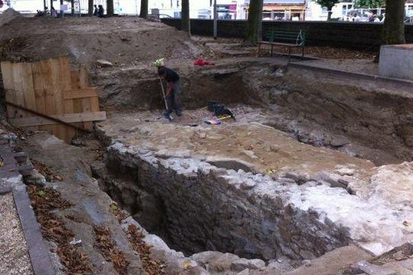 aperçu du chantier archéologique place de la République, Limoges ( 29 juillet 2014). Une ancienne crypte a été mise au jour.