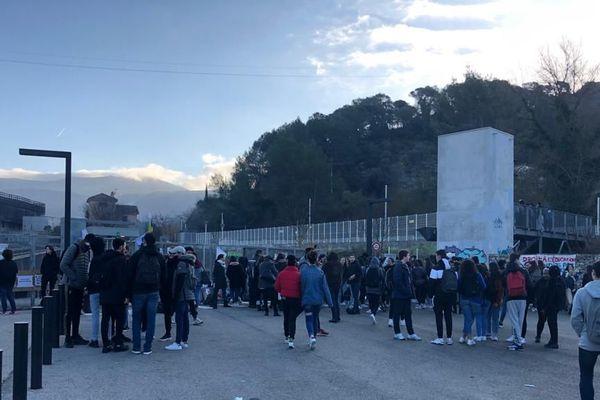 Les épreuves en contrôle continu du nouveau bac ont été maintenues vendredi 31 janvier, malgré le blocage du lycée Goscinny de Drap par une centaine d'lèves et quelques professeurs.