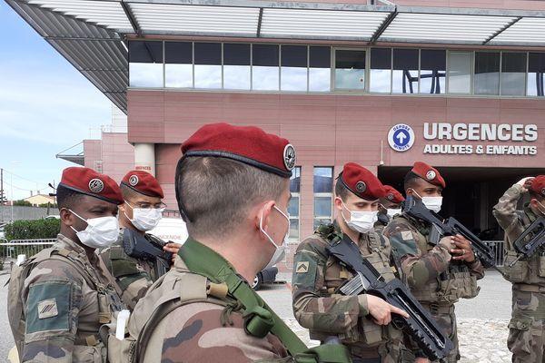 Les hommes de l'opération Résilience en mission aux abords de l'hôpital de Perpignan pendant le confinement.